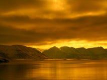 Arktischer Fjord ohne Eis Lizenzfreie Stockfotos
