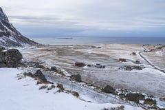 Arktischer Strand, Ackerland und Dorf bei Utakleiv, Lofoten Norwegen Lizenzfreie Stockfotografie