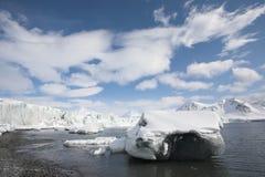Arktischer Winter - Eisprüfspulen auf dem Ufer Stockfotos