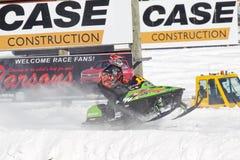 Arktisk Cat Sno Pro Snowmobile Racing för limefruktgräsplan Royaltyfri Foto