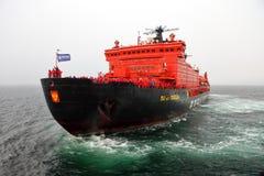 Arktisk kryssning ombord av den kärn- isbrytaren Royaltyfria Foton