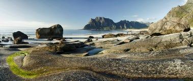 Arktisk landskapUttakleiv strand, Lofoten öar II royaltyfria foton