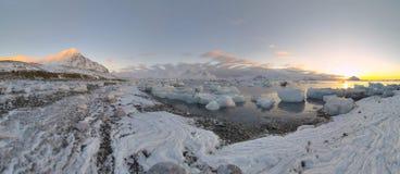 arktisk solnedgång för strandliggandepanorama arkivfoton