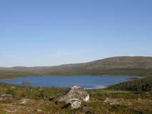 Arktisken landskap med en berglake Arkivbilder