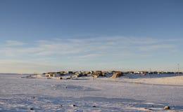 Arktyczna społeczność Cambridge zatoka w spadku z śniegiem na niebieskich niebach i ziemi Zdjęcia Stock