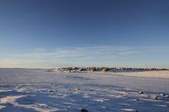 Arktyczna społeczność Cambridge zatoka w spadku z śniegiem na niebieskich niebach i ziemi Zdjęcia Royalty Free