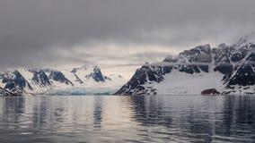 Arktyczny krajobraz blisko brzeg Svalbard fotografia stock