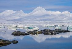Arktyczny krajobraz Spitsbergen, Svalbard - lód, morze, góry, lodowowie - obraz stock