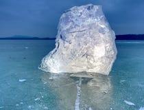 arktyczny lód Wielki kawałek naturalny lód na zielonym błękitnym mieszkanie lodzie zamarznięty jezioro Obraz Stock