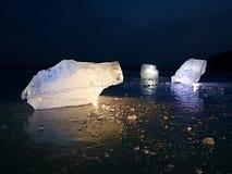 arktyczny lód Wielki kawałek naturalny lód na zielonym błękitnym mieszkanie lodzie zamarznięty jezioro Obrazy Stock