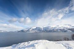 Arktyczny Norwegia, fjord otaczający śnieżnymi górami Obrazy Royalty Free