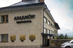 Arlamow, Pologne - 18 juillet 2016 : Bâtiment d'Arlamow d'hôtel avec un p Photo stock