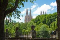 Arlanzon flod med den gotiska domkyrkan i bakgrund, Burgos spain Arkivfoto