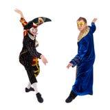 Arlekin i pierrot jest ubranym maskę, odosobnioną na białym tle w pełnej długości Obraz Stock