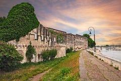 Arles, Γαλλία: τοπίο του ποταμού και των αρχαίων σπιτιών Στοκ εικόνες με δικαίωμα ελεύθερης χρήσης