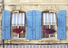 Arles (Προβηγκία) - δύο παράθυρα Στοκ Εικόνες
