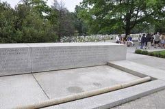 Arlington, la Virginie, le 5 juillet : Texte commémoratif sur la pierre dans le cimetière d'Arlington de la Virginie Etats-Unis Image libre de droits