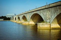 Arlington minnes- bro som leder till Lincoln Memorial. Royaltyfri Fotografi