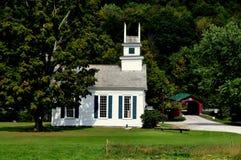 Arlington ocidental, VT: Igreja e ponte coberta Foto de Stock
