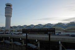 Arlington, Virgínia, Estados Unidos - 27 de setembro de 2017: O sinal e a torre de controlo do metro do Washington DC para Ronald Imagens de Stock