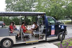 Arlington, Virginia, Lipiec 5th: Arlington Zwiedzającej wycieczki turysycznej Cmentarniany tramwaj od Virginia usa Obraz Stock