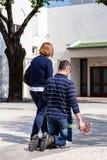 Żarliwi spacery Pokutnicza ścieżka na kolanach wokoło kościół Obraz Stock