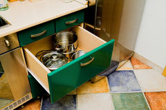 Armário da cozinha com pratos fotografia de stock royalty free