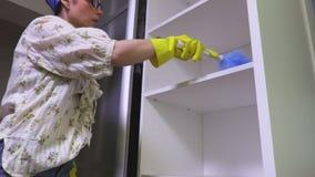 Armário da limpeza da mulher vídeos de arquivo