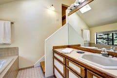 Armário da vaidade do banheiro com guarnição marrom e o grande espelho foto de stock