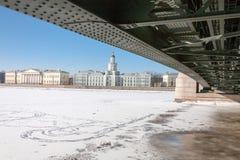 Armário das curiosidades e ponte do palácio no inverno Foto de Stock