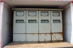Armário de controle elétrico velho em uma fábrica fotos de stock royalty free