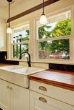 Armário de cozinha branco com parte superior contrária de madeira Imagem de Stock Royalty Free