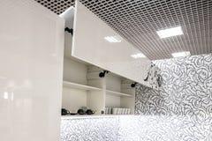 Armário de cozinha com partes dianteiras abertas com as prateleiras do suporte do prato para dentro Sistema do elevador para part foto de stock royalty free