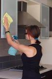 Armário de cozinha da limpeza do adolescente Imagem de Stock Royalty Free