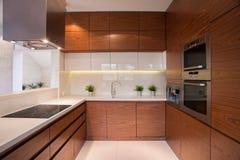 Armário de cozinha de madeira fotos de stock
