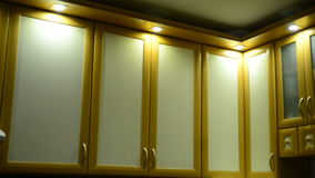 Armário de cozinha de suspensão na parede filme