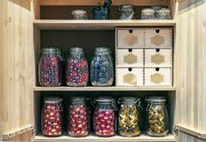 Armário de madeira com os frascos de vidro das salmouras e das marinadas em um estilo conceptual imagem de stock royalty free