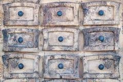 Armário de madeira resistido com gavetas pequenas Fotografia de Stock