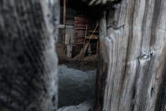 armário de vassoura da Peeka-vaia na aldeia da montanha fotos de stock royalty free