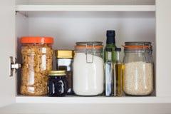 Armário do alimento, despensa com frascos fotografia de stock