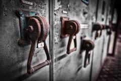 Armário velho do interruptor da eletrônica industrial em uma empresa foto de stock