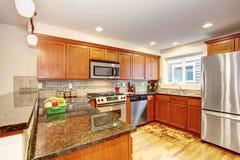 Armários de cozinha do bordo com dispositivos e partes superiores de aço do granito Imagens de Stock Royalty Free