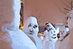 Armée de bonhommes de neige la nuit Photographie stock libre de droits