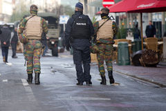 Armée de la Belgique patrouillant sur une rue près de l'avenue Louise au centre de la ville de Bruxelles le 22 novembre 2015 Photo stock