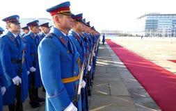 Armée honorifique d'unités de gardes de la République de la Serbie au plateau se tenant toujours images libres de droits