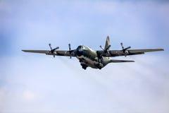 Arméflygplanfluga i blå sky Fotografering för Bildbyråer