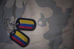 Armémellanrum, hundetikett med flaggan av Colombia på den kaki- texturbakgrunden Fotografering för Bildbyråer