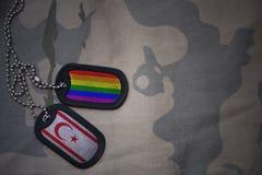 armémellanrum, hundetikett med flaggan av nordliga Cypern och den glade regnbågeflaggan på den kaki- texturbakgrunden Royaltyfria Bilder