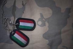 Armémellanrum, hundetikett med flaggan av Ungern på den kaki- texturbakgrunden Royaltyfri Bild