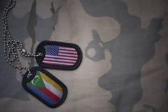 armémellanrum, hundetikett med flaggan av USA och comoros på den kaki- texturbakgrunden Fotografering för Bildbyråer